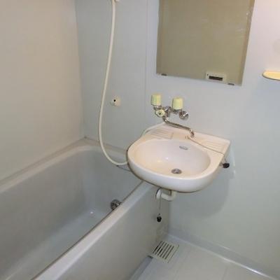 トイレはお風呂の隣に。