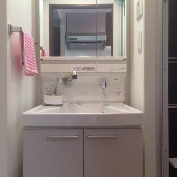 独立洗面台も広々。もちろん鏡の裏は収納になっています。