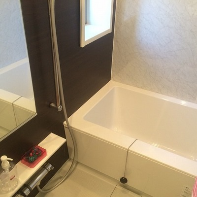 お風呂にも小窓があります。換気もバッチリ!
