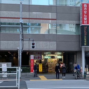 西新宿駅は1番口が近かったです。薬局やカフェがありました。