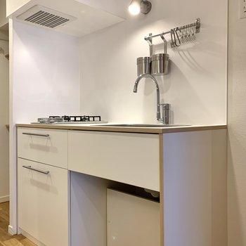 キッチンのポールには、お玉などの調理器具を掛けられますね。