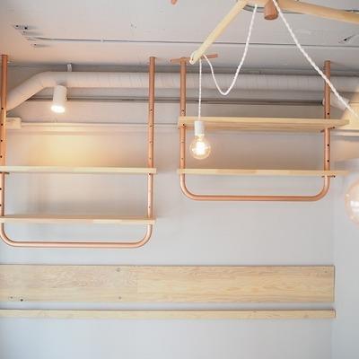 照明と無垢板を使った収納