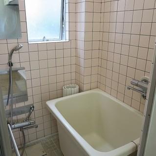 お風呂はタイル張り、嬉しい窓つき