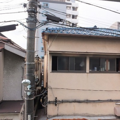 2階の窓からは、周りのお宅が見えます。