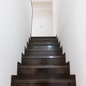 2階への階段、しっかりしています。