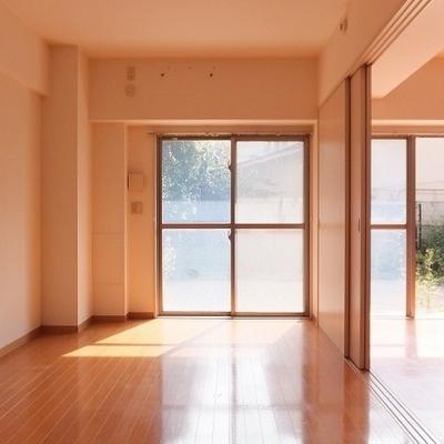 リビング横の洋室は8帖。引き戸を全開にするとより開放的に。
