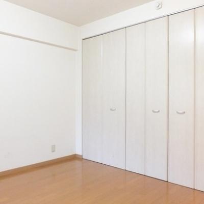 こちらは玄関近くのお部屋。8.2帖あります。収納も大容量!