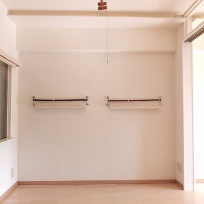 壁に本などを立てかけることができます。