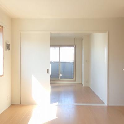 広いお部屋には光も降り注ぎます※写真は同間取りの別部屋です