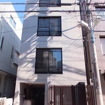 4階建て。打ちっ放しの新築マンション。