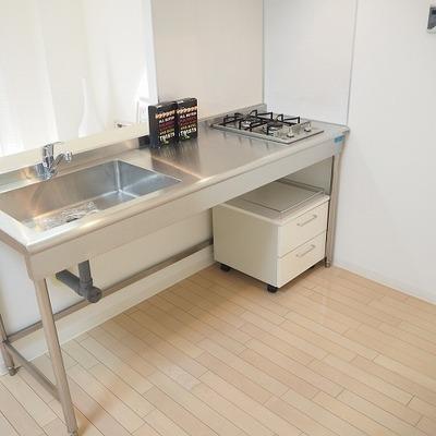 キッチンはステンレス製