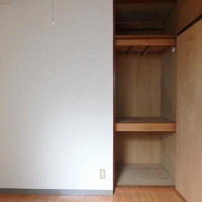 4帖の洋室には小さい収納が天井まであります