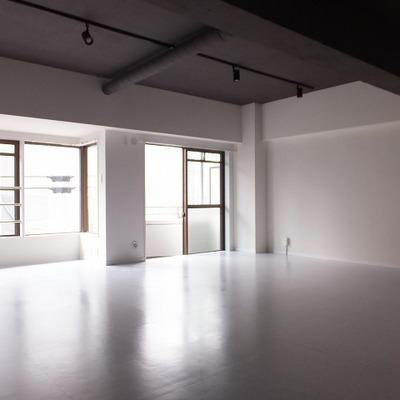 スタジオのようなひろーーいお部屋です。