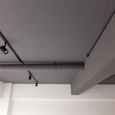 ライティングレールと黒い天井。