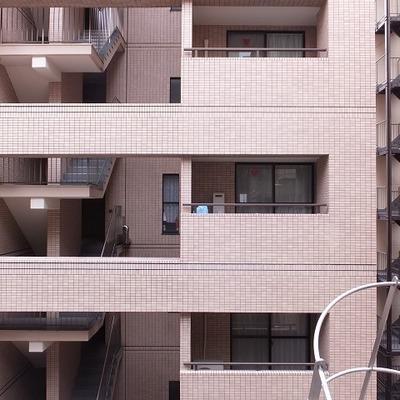 お向かいのマンションが見えます。