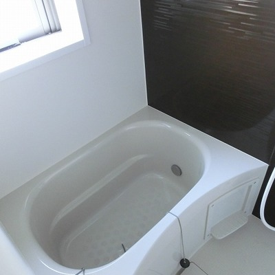 お風呂はこじんまりながら窓付き◎ ※写真は別部屋です