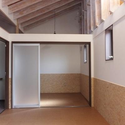 天井が高く、窓もたくさんあって開放感があります。