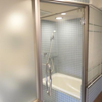 お風呂のドアは透明です。