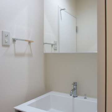 収納も兼ね備えた独立洗面台。