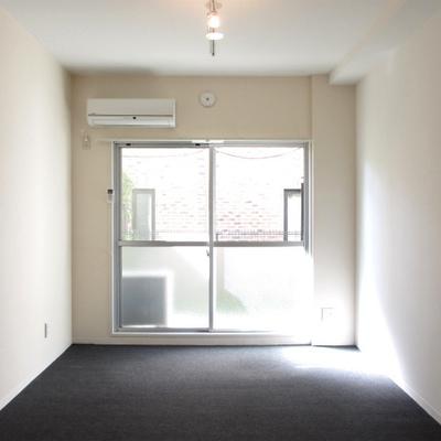 モノクロの室内。床はカーペット。