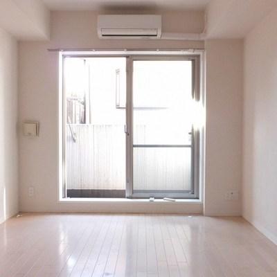 白ーいお部屋。