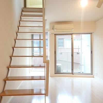 階段もシンプルで光を通してくれます ※写真は前回募集時のものです