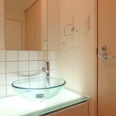 間接照明が素敵。クリアな洗面台。 ※写真は前回募集時のものです