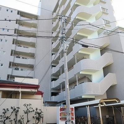 どっしりと大きな鉄筋コンクリートマンション。