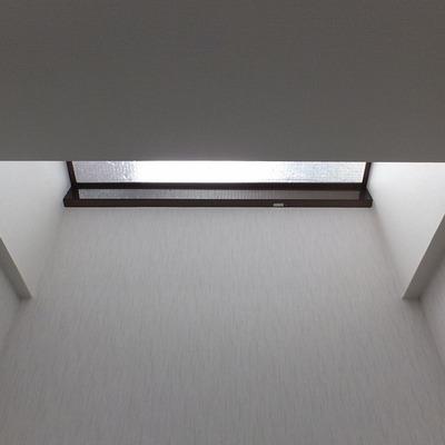 地下には天窓があるので明りが入ってきます。