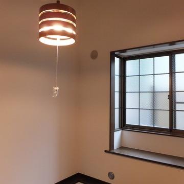 出窓と色合いがレトロ。