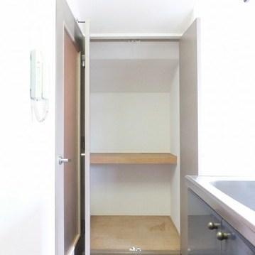 キッチン横の押入れサイズの収納です。
