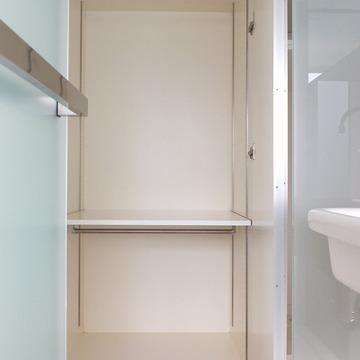写りきらないくらいの収納が廊下に4扉分あります。