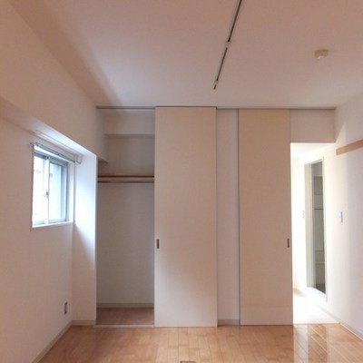 お部屋は2面採光。サニタリースペースにも窓があります。