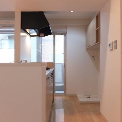キッチン後ろに洗濯機と冷蔵庫置き場があります。