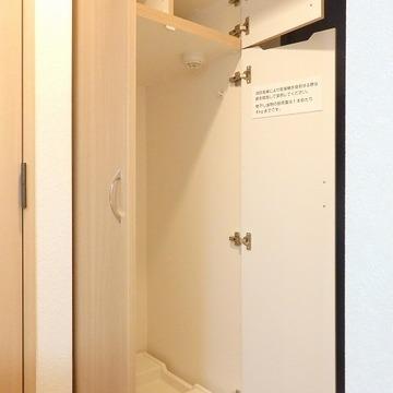 玄関のお隣には洗濯機置き場が。上にはシューズクローゼット(次の写真でズームアップ)
