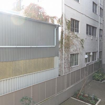 眺望です。マンションの1階と向かいのお家(夕日で光まくっています)