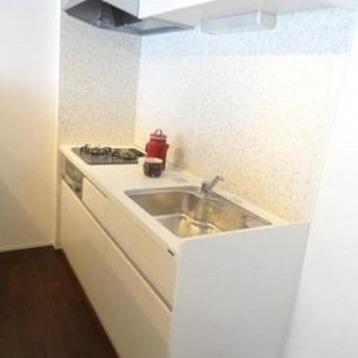 キッチンは後ろにカウンタが!作業スペースたっぷり。