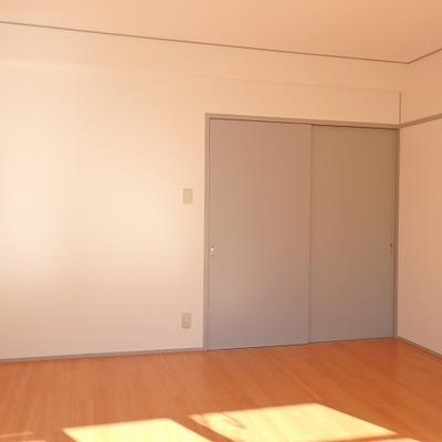 くすんだブルーに塗装されたドアがお洒落。
