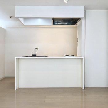 カウンターキッチンがかっこいいですね。※写真はクリーニング前のものです