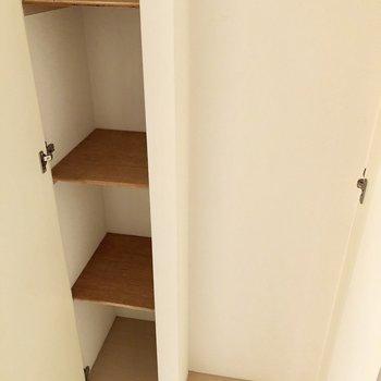 シューズボックスは少し狭いのですが、玄関が広いのでもう一つ見せるシューズボックスを置けそう。※写真はクリーニング前のものです