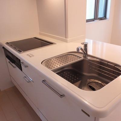 キッチンはIH3口でひろーい。