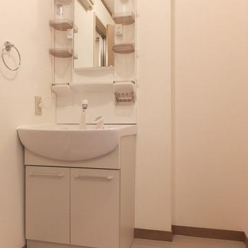 独立洗面台!横に棚を置けるスペースがあります。