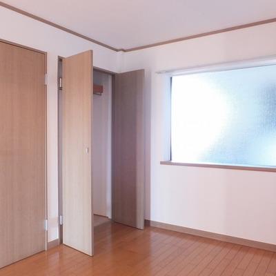 玄関横のお部屋。窓ががあってこのお部屋も明るさが。