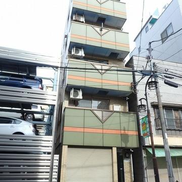 お隣は、立体駐車場です。