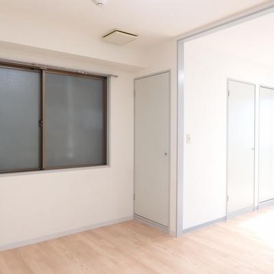 この窓、お隣さんが近く、光は入ってきません。
