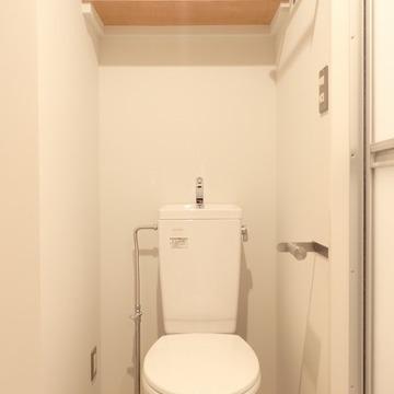 トイレの上にも収納が少し。