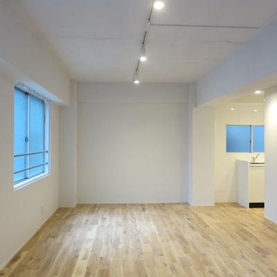 白壁に無垢材が映えます※写真は別室です