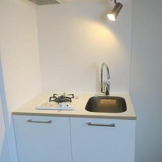 キッチンはTOMOSオリジナルの1口ガスキッチン
