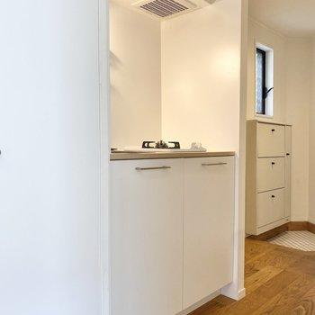 キッチンから玄関は、白で統一感があります。※写真は前回募集時のものです