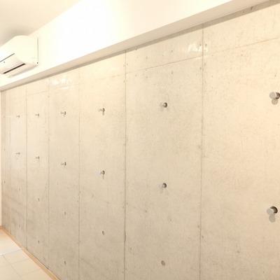 コンクリート打ちっ放しの壁にはフックがあって便利そう ※写真は別部屋です